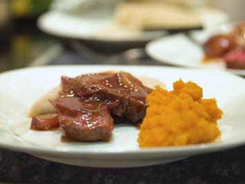 Rezept: Straußenfilet mit Schalotten-Rotwein-Soße, Hirsebrei und Butternutpüree