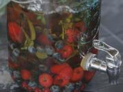 Sommer-Drink mit beerigen Eiswürfeln - Rezept - Bild Nr. 2
