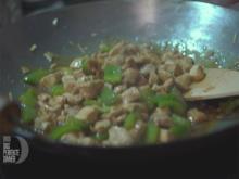 Im Wok gerührtes Schweinefleisch mit Zimt, Muskatnuss an Pilzen dazu Hähnchen Da-Chien - Rezept - Bild Nr. 6715