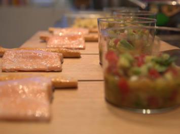 Rezept: Lachs aus dem heißen Rauch, dazu Avocado, Tomate und Limette