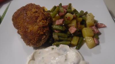 """Rezept: Frikadellen """"Cordon bleu"""" mit Kartoffel-Bohnen-Salat und Dip"""