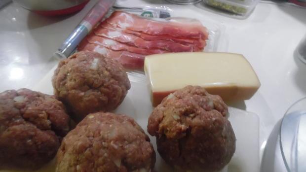 """Frikadellen """"Cordon bleu"""" mit Kartoffel-Bohnen-Salat und Dip - Rezept - Bild Nr. 6781"""