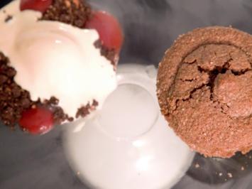 Schokokuchen mit Erdbeer-Ganache, weißem Schokoeis und Erdbeergel  - Rezept - Bild Nr. 2