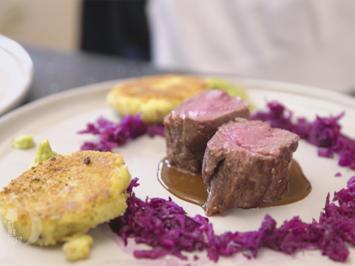 Rezept: Rehrücken an Schokoladen-Bier-Soße, Steinpilz-Kartoffel-Talern und Rotkohlsalat