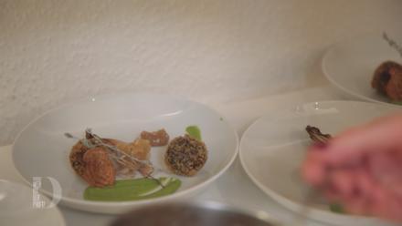 Boudin-Noir-Praline, Apfel-Zwiebel-Chutney, gebackener roter Chicorée und Erbsen-Crème - Rezept - Bild Nr. 6861