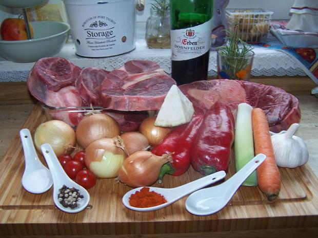 Rotwein Gulasch mit knusper Bauernbrot geknoblaucht - Rezept - Bild Nr. 6893