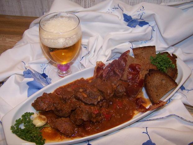 Rotwein Gulasch mit knusper Bauernbrot geknoblaucht - Rezept - Bild Nr. 6907