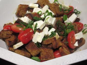 Rezept: Salate: Warmer Brotsalat mit Tomaten, Schafskäse und Balsamicodressing