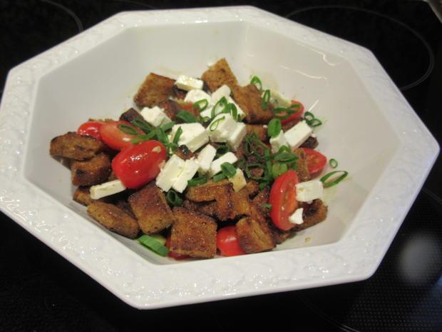 Salate: Warmer Brotsalat mit Tomaten, Schafskäse und Balsamicodressing - Rezept - Bild Nr. 6901