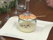 Sellerie Cremesuppe mit Garnelenspieß Kräutern und gerösteten Kürbiskernen - Rezept - Bild Nr. 2