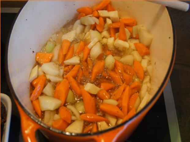 Gänsekeulen mit Gemüsesauce, Böhmischen Knödeln und Ananas-Mango-Rotkohl - Rezept - Bild Nr. 8