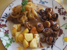 Rumpsteak mit Zwiebelhaube, Sauce, Kartoffelecken und Champignons - Rezept - Bild Nr. 2