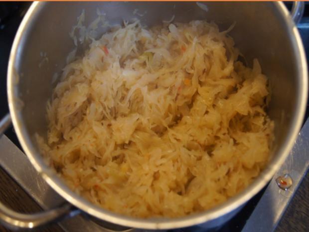 Eisbein mit pikanten Sauerkraut, Kartoffeln und Meerrettichsauce - Rezept - Bild Nr. 10