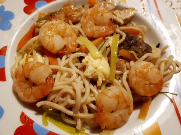 Chinesische Bratnudeln mit Ei, Huhn und Shrimps - Rezept - Bild Nr. 7061