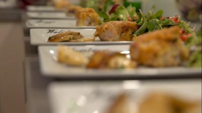 Rezept: Saltimbocca vom Kaninchen an winterlichem Blattsalat und Kräuterseitlingen