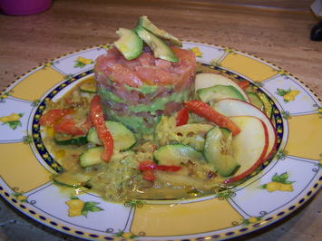 Rezept: Räucherlachs Tatar mit Avocado und Gemüse Soße