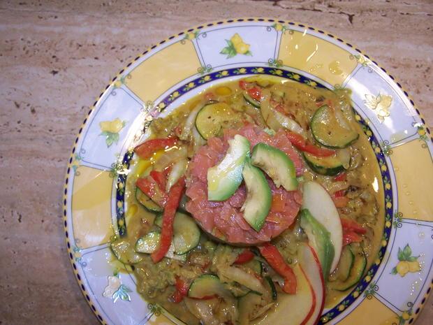Räucherlachs Tatar mit Avocado und Gemüse Soße - Rezept - Bild Nr. 7163