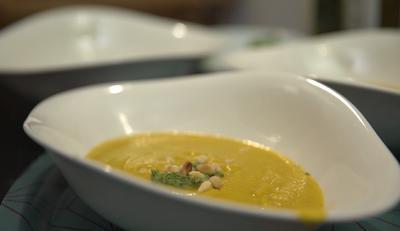 Zucchinisuppe mit Minz-Pinienkern-Pesto, dazu Walnussbrot mit Tomatenbutter - Rezept - Bild Nr. 2