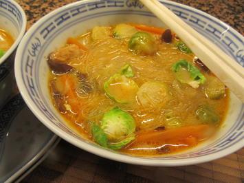 Suppen: Rosenkohlsuppe mit Glasnudeln - Rezept - Bild Nr. 7198