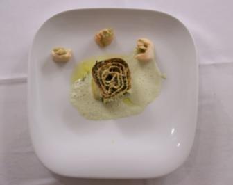 Poulardenröllchen mit Estragonmarzipan auf Gurkenschaum - Rezept