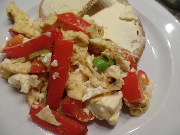 Paprika-Rührei mit Feta und Frühlingszwiebeln - Rezept - Bild Nr. 7600