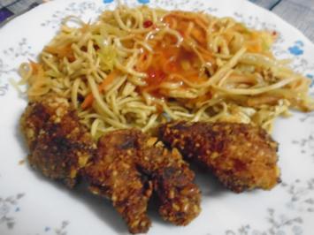 Rezept: Chinesische Bratnudeln mit Knusper-Schnitzelchen und Chinakohl Salat
