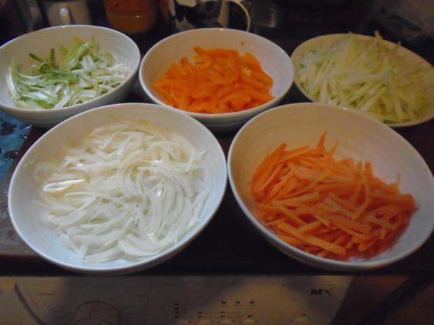 Chinesische Bratnudeln mit Knusper-Schnitzelchen und Chinakohl Salat - Rezept - Bild Nr. 5