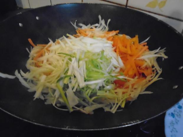 Chinesische Bratnudeln mit Knusper-Schnitzelchen und Chinakohl Salat - Rezept - Bild Nr. 9
