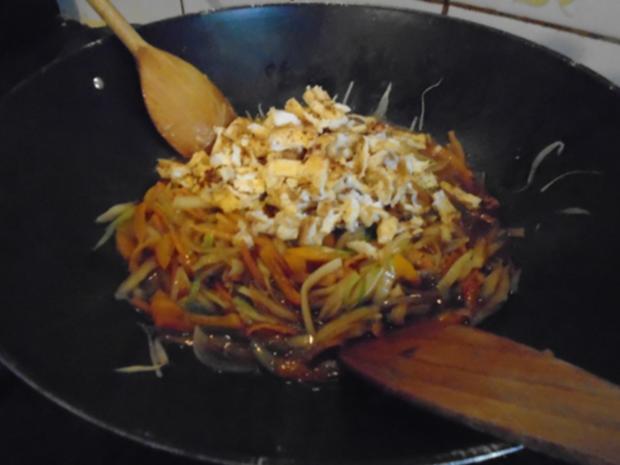 Chinesische Bratnudeln mit Knusper-Schnitzelchen und Chinakohl Salat - Rezept - Bild Nr. 15