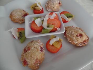Rezept: Mandel-Erdbeer-Madeleines mit Obstsalat