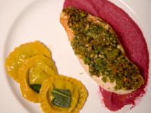 Maishähnchenfilet mit Kruste, Ravioli mit Spinat, Walnuß, Ziegenkäse in Salbeibutter - Rezept - Bild Nr. 7623