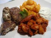 Bifteki, gebackene Kartoffeln und Bohnen in Tomatensoße - Rezept - Bild Nr. 2