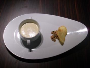 Apfel-Kartoffelsuppe mit Lachstatar auf Kartoffelchips - Rezept