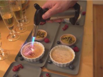 Rezept: Crème brûlée mit Tonkabohne und Mangopüree mit Gin