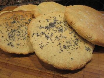 Rezept: Pikantes Backen: Dinkelfladen mit Mohn oder grobem Salz