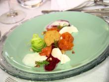 Gebeizter Bachsaibling mit Parmesanmousse, Buttermilch-Limetten-Sorbet und Gin-Gurken - Rezept - Bild Nr. 7756
