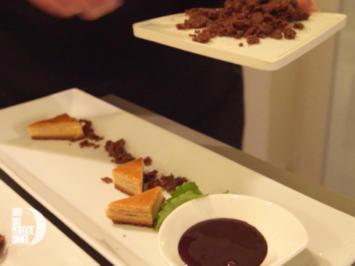 Tannenhonig-Parfait mit Kumquatragout, Schokostreuseln, Baumkuchenspitzen und Schokosauce - Rezept - Bild Nr. 2