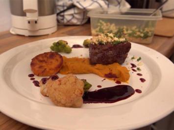 Rezept: Rinderrücken mit Kräuter-Zwiebel-Bröseln und Rotwein-Balsamico-Reduktion