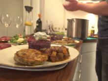 Wildgulasch, Rotweinbirnen, Serviettenknödel und Rotkohl, dazu winterlicher Feldsalat - Rezept - Bild Nr. 2