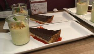 Kräftige Schokoladentarte auf einem Himbeerspiegel an weißer Mousse aus Chocolat - Rezept - Bild Nr. 7853