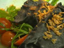 Kohletäschle mit lauwarmem Tomatensalat, Brot und Remoulade - Rezept - Bild Nr. 2