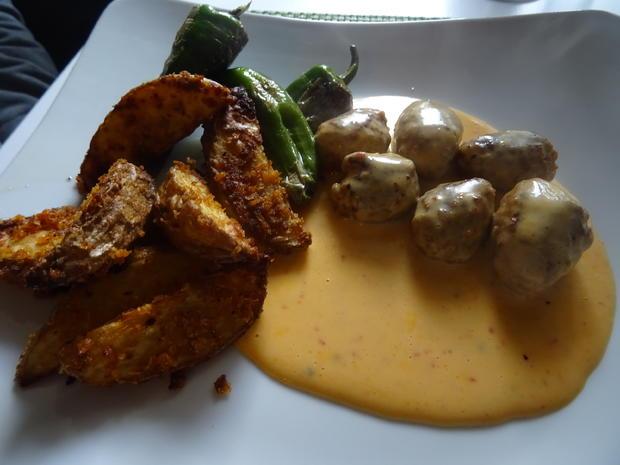 Chorizo-Bällchen in Cheddar-Chili-Soße, Kartoffel-Wedges und Pimientos de Patrón - Rezept - Bild Nr. 7951