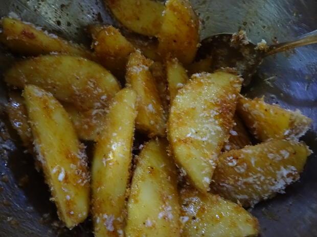 Chorizo-Bällchen in Cheddar-Chili-Soße, Kartoffel-Wedges und Pimientos de Patrón - Rezept - Bild Nr. 7956