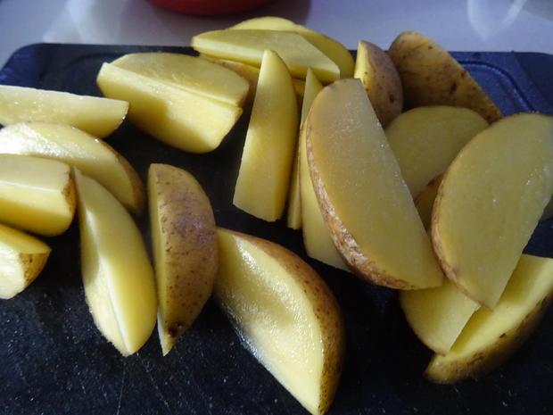 Chorizo-Bällchen in Cheddar-Chili-Soße, Kartoffel-Wedges und Pimientos de Patrón - Rezept - Bild Nr. 7957