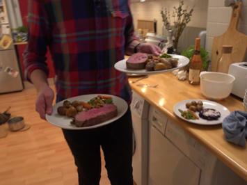 Rezept: Rostbraten mit Brezelkruste dazu Drillingskartoffeln, Frühlingsgemüse und Rotweinsauce