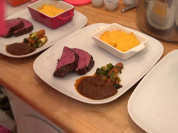 Hirschfilet auf Pfifferlingsoße dazu Kartoffelgratin und glasierte Möhren - Rezept - Bild Nr. 7957