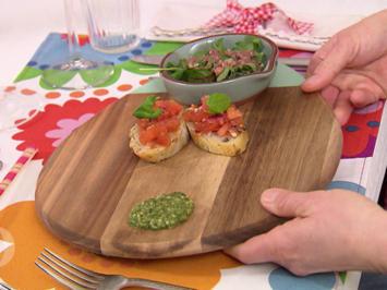 Rezept: Bruschetta an Wildkräutersalat nebst einem Hauch von grünem Pesto