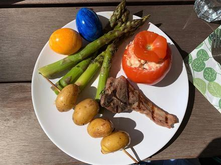 Gegrillte Lammkoteletts mit grünem Spargel, gefüllten Tomaten und Kartoffelspießen - Rezept - Bild Nr. 7978