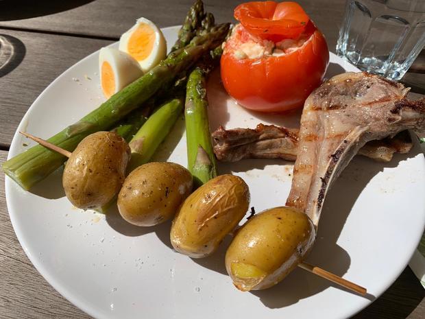 Gegrillte Lammkoteletts mit grünem Spargel, gefüllten Tomaten und Kartoffelspießen - Rezept - Bild Nr. 7980
