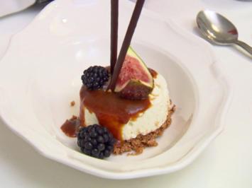 Rezept: Minicheesecakes mit Salzkaramell, dazu Beeren und Feigen